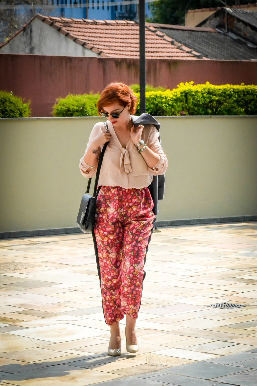 Detalhe: a cintura alta bem marcada define melhor a silhueta. Vale sempre lembrar de marcar a cintura, com a blusa pra dentro, com cinto ou até lenço :)