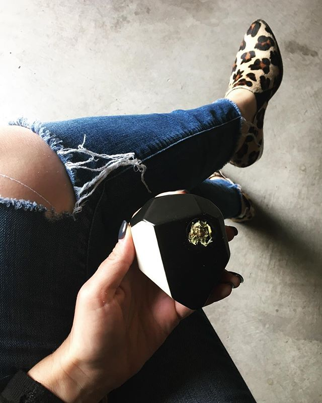 While my computer updates itself for the gazzillianth time, I think I'll take a little break. In style of course, thanks to @stonedwarecompany 🖤 ___ #geopipe #ceramicpipe #holidaygift #MJLifestyle #PoshPot #womenincannabis