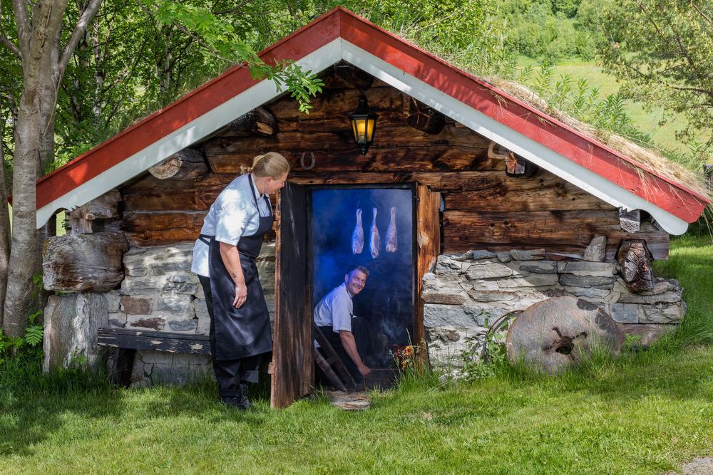 I røkbasstua fra 1850 røyker våre kokker Lene og Lars Ivar lammelår. Salting og røyking gir en utsøkt smak. Prosessen er egenutviklet av Leif Helmersen.