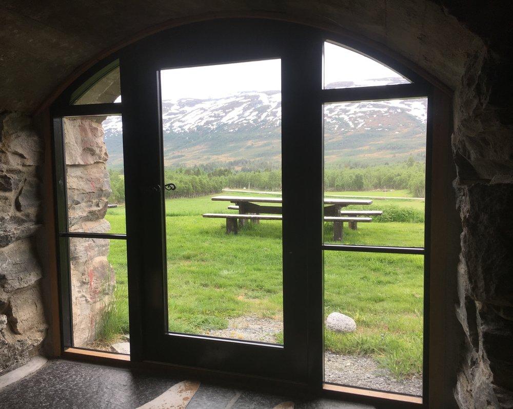 Utsikt over Trollheimen fra fjøskjelleren. Foto; privat