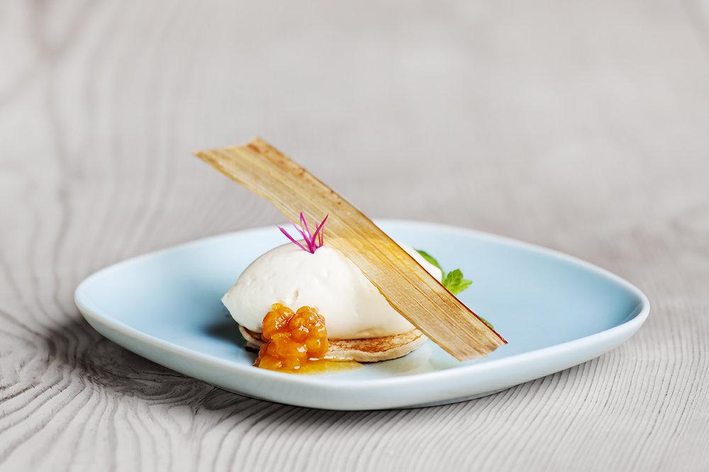 Hyll-kaku fra Oppdal med hvit sjokoladekrem, multer og rabarbra, er en av dessertene på den nye menyen.  Foto;  Oppdal Smak Av Fjell
