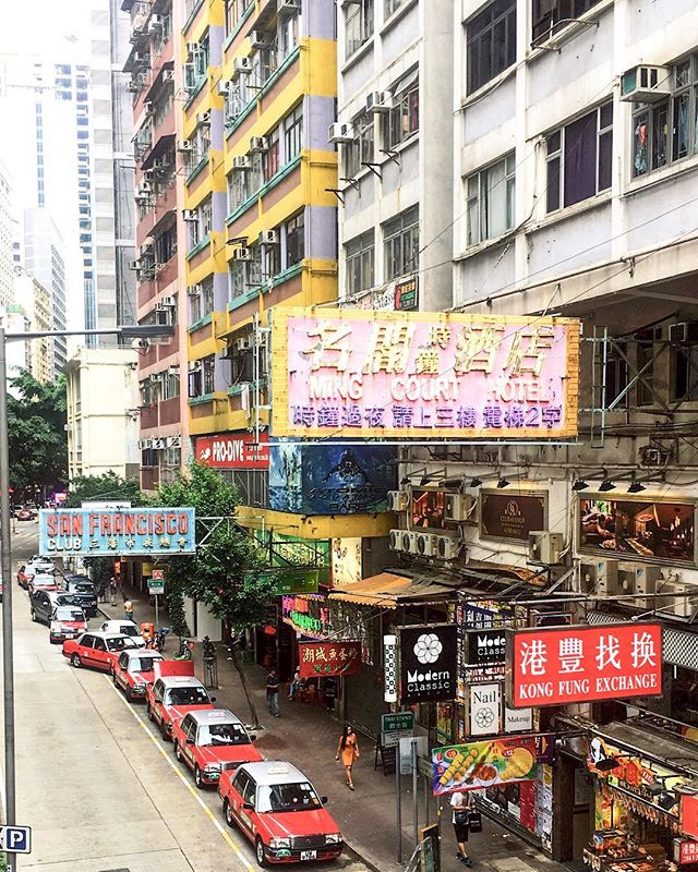 Love this picture of Wan Chai, Hong Kong, one of the prettiest things about the city was the old style neon lighting in Art Deco pastels. #hongkong #neonlights #hkgirl