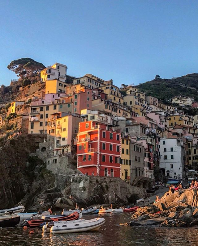Appreciating the little bit of sun in London today. 🌞 These pictures are from when we visited Cinque Terre last year, the golden hour was one of the best we have ever seen.