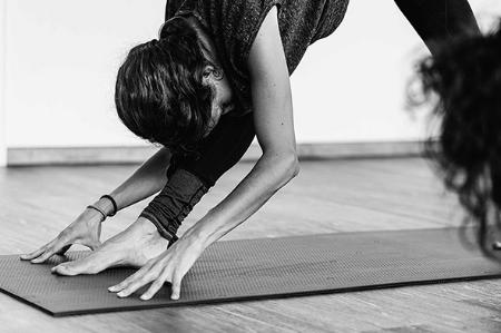 """Vinyasa Yoga - Vinyasa Yoga entstammt der Ashtanga Yoga Tradition, gegründet von Sri K. Pattabhi Jois in Mysore, Indien. Das Wort Vinyasa übersetzt bedeutet """"etwas in einer bestimmten Art anordnen"""" und dieser Yogastil fokussiert sich auf die Anordnung von Asanas (Stellungen) bei welcher die Atmung eine verbindende Rolle spielt (Ujjayi Pranayama.Zum Stundenplan."""