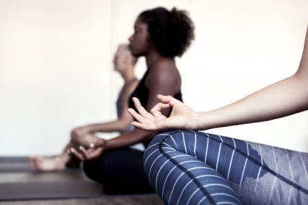 """- Jivamukti YogaJivamukti Yoga """"Open Classes"""" umfassen alle Erfahrungs- und Praxisstufen. Sie entstammen der Tradition der Jivamukti Methode, kreiert von Sharon Gannon und David Life in NYC im Jahre 1989. In einer """"Open Class"""" arbeitest du ganz nach deinem Tempo, stets der Anleitung deines Lehrers/ deiner Lehrerin folgend. Wir praktizieren sitzend, stehend und Kopf über. Für Fortgeschrittene leiten wir anspruchsvollere Variationen an.Zum Stundenplan."""