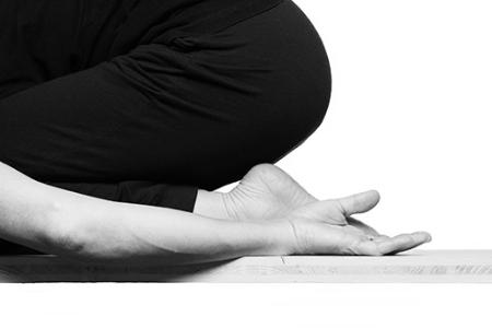 - Prenatal YogaPrenatal Yoga Klassen sind speziell auf die Bedürfnisse von Schwangeren ausgerichtet, um sich physisch und mental auf die Geburt vorzubereiten. Die Fähigkeit menschliches Leben in sich zu kreieren ist ein heiliges Geschenk speziell an die Frauen. Diese Yoga Klassen verbinden dich tiefer mit der Kraft neuen Lebens und der weiblichen Schöpfer-Energie. Dadurch erlebst du deine Schwangerschaft als viel mehr als nur eine Kombination aus Übelkeit, Schwindel, Rückenschmerzen und über deinen sich verändernden Körper unglücklich zu sein. Du wirst deinen Körper stärken und ihn auf eine freudige und entspannte Geburt vorbereiten.Zum Stundenplan.