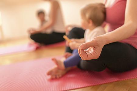 - Postnatal & Baby YogaMöchtest du als neue Mama dir und deinem Körper etwas Gutes tun? Bring dein Baby mit zu unseren Postnatal Yoga Klassen, speziell entworfen für deinen Körper 6 Wochen oder mehr nach der Geburt. Die Yoga Asanas (Stellungen) sind speziell auf den Unterleib und den Beckenboden sowie Nacken und Schultern ausgerichtet. Einige Stellungen beziehen dein Kind mit ein, während andere ausschliesslich deiner Entspannung und Erneuerung in dieser besonderen Zeit gewidmet sind.Zum Stundenplan.