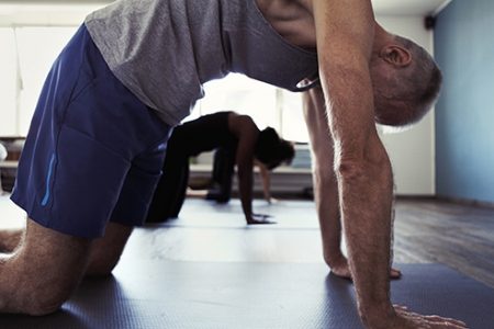 - Hatha YogaHatha Yoga verbindet Asanas (Stellungen) und Dehnungen mit dem Atem um einen einen Zustand der Erhohlung zu schaffen und Beweglichkeit zu steigern. Hatha Yoga beinhaltet viele verschiedene Stile. Einige bedienen sich einer bestimmten Abfolge von Asanas (Stellungen), andere beinhalten einen flüssigen Bewegungsablauf und wieder andere nützen diverse Props (Requisiten) wie z.B. Blocks oder Gurte um eine Stellung zu unterstützen oder eine Dehnung zu maximieren. In jedem Fall begünstigen alle Formen von Hatha Yoga eine korrekte Körperhaltung und bringen dir Ruhe, Ausgeglichenheit und Stärke.Zum Stundenplan.