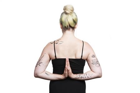 """- Kundalini YogaKundalini Yoga zeigt seine Wirkung 16 Mal schneller als andere Yoga Praktiken und gilt als ursprüngliche und stärkste der 22 Schulen des Yoga, von welchen alle heilsam sind. Die Sutras des Yoga besagen, dass das was man in 12 Jahren Hatha Yoga, plus 6 Jahren Raj Yoga, plus 3 Jahren Mantra Yoga, plus 1 Jahr Laya Yoga erreicht, auch in nur einem Jahr perfekt praktiziertem Kundalini Yoga erreichbar ist.Deshalb ist dieser Stil auch als effizienteste From der Yoga Praxis und der persönlichen Entwicklung bekannt. Das Wort """"Kundalini"""" bedeutet Bewusstsein/Erkenntnis und unser verstecktes Potenzial hinter diesem Bewusstsein; die Grossartigkeit unserer tatsächlichen Fähigkeiten. Wenn wir Kundalini praktizieren finden wir zurück zu unserer dreifältigen Natur; dem Körper, dem Geist und der Seele.Kundalini Yoga vereint dezente Dehnübungen und dynamische Bewegungen mit dem Atem. Alle Formen der Yoga Praxis wurden speziell dafür entwickelt, auf spezifische Körperstysteme wie den gesamten Bewegungsapparat (Muskeln und Skelett), das Herz-Kreislaufsystem, das Hormon- und Reproduktionssystem positiv einzuwirken. Auch versetzt es uns in einen Zustand des Glücks durch den Ausgleich im Drüsensystem und der Stärkung unseres Nervensystems. Es ermöglicht uns von der Energie unseres Geistes uns unserer Emotionen zu profitieren anstatt von unseren Gedanken und Gefühlen kontrolliert zu werden.Kundalini Yoga fördert ein besseres Zusammenspiel unserer Körperfunktionen, stärkt unsere Ausstrahlung und unseren Einfluss auf andere, balanciert unsere Emotionen und verbessert unsere Intuition, hilft uns alte Verhaltensmuster loszulassen, reduziert diverse Formen von Stress und führt uns so an einen Ort tiefster Entspannung und zum Einklang mit uns selbst. Somit profitiert unser gesamtes Wesen in physischer, mentaler und spiritueller Hinsicht.Zum Stundenplan."""