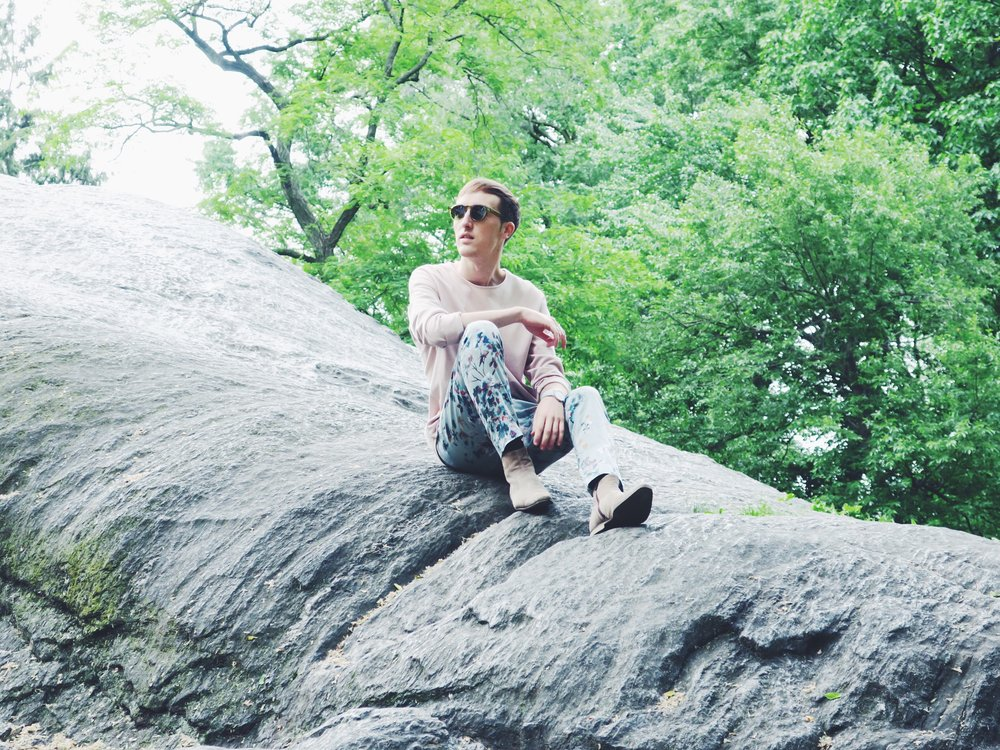 Cos t-shirt - Zara trousers - Zign boots via Zalando - Komono sunglasses Now I know what it feels like to be sitting on one of those rocks in Central Park, like Charlotte and Harry before me for their wedding announcement shoot ('The Catch' S6E8).