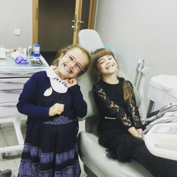 Дуже позитивні сестрички Мар'янка й Анічка. Окрім того, що дівчатка охоче приходять лікувати зубки, хтось з них точно буде стоматологом :)