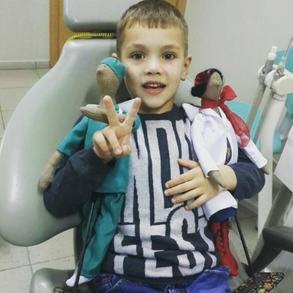Веселий шестирічний Дмитрик, якому припали до вподоби наші талісмани — парочка сувенірних ляльок-«докториків» :)