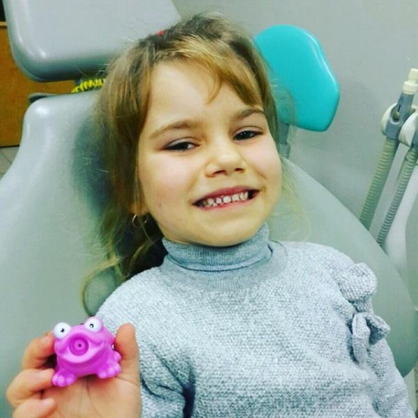 Щаслива Зорянка з подаруночком. Вона дуже чемно сиділа на прийомі щоразу, адже лікування усіх її зубків відбувалося у декілька відвідувань і кожного разу це тривало не менше години. Зате тепер Зорянка має щасливу білосніжну усмішку :)