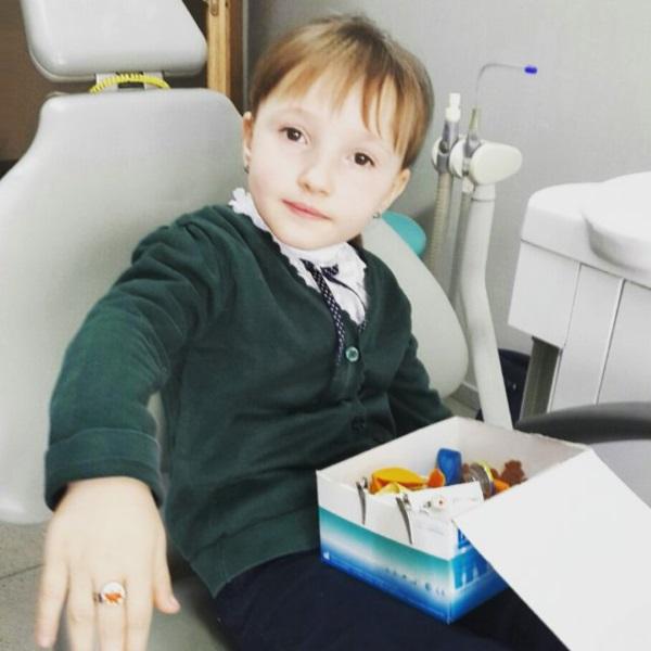 Чотирилітня Еля приміряє перстеник — і, як і всі наші маленькі пацієнти, не лишиться без подаруночка :)