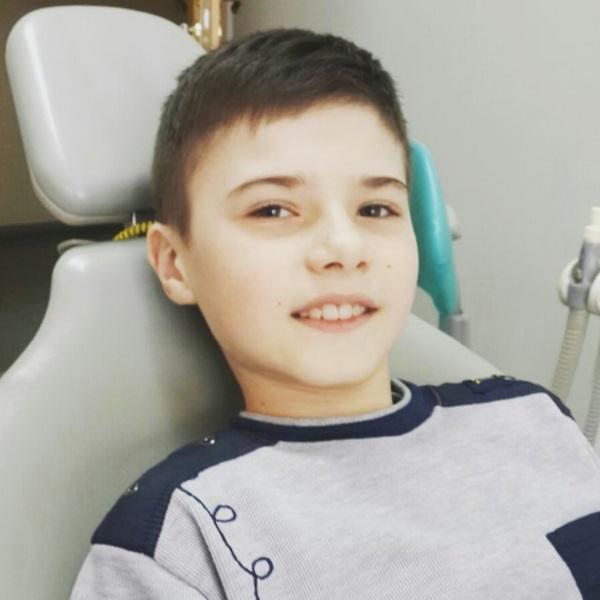 Стас дуже переживав, чи зможе у майбутньому всміхатись так, як раніше, адже зламати передні зуби — дуже неприємна ситуація для будь-кого. Але нам все вдалося, і він пішов задоволений та усміхнений!