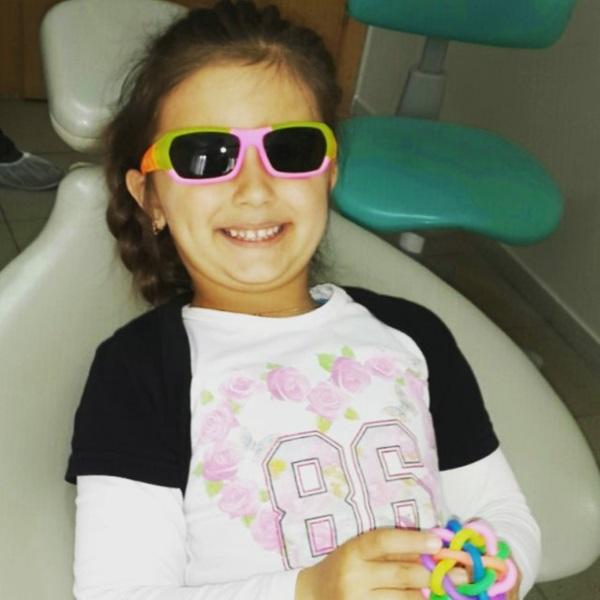 Андріанці подобається, що під час лікування їй надівають кольорові захисні окуляри та дозволяють гратись улюбленою іграшкою: будь-яка тривога вмить пропадає :)