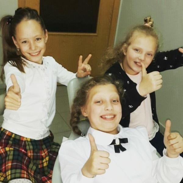 Три однокласниці-коліжанки: Соломія, Юля та Віка. Дівчата дуже кумедні та веселі. І те, що вони приходять підтримати одна одну, допомагає у лікуванні! :)