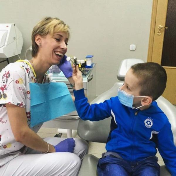 На що тільки не підеш, щоб потішити діток: Дмитрик — стоматолог, Наталія Мирославівна — пацієнт :)