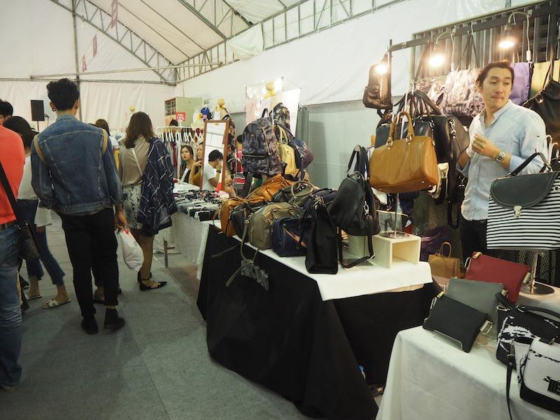 Vista del interior de la feria de emprendedores de moda tailandesa
