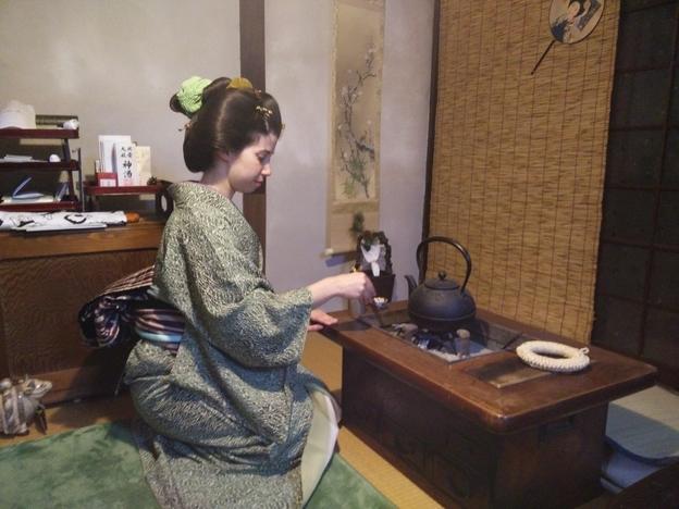 Laura Maraver, participando en la ceremonia del té