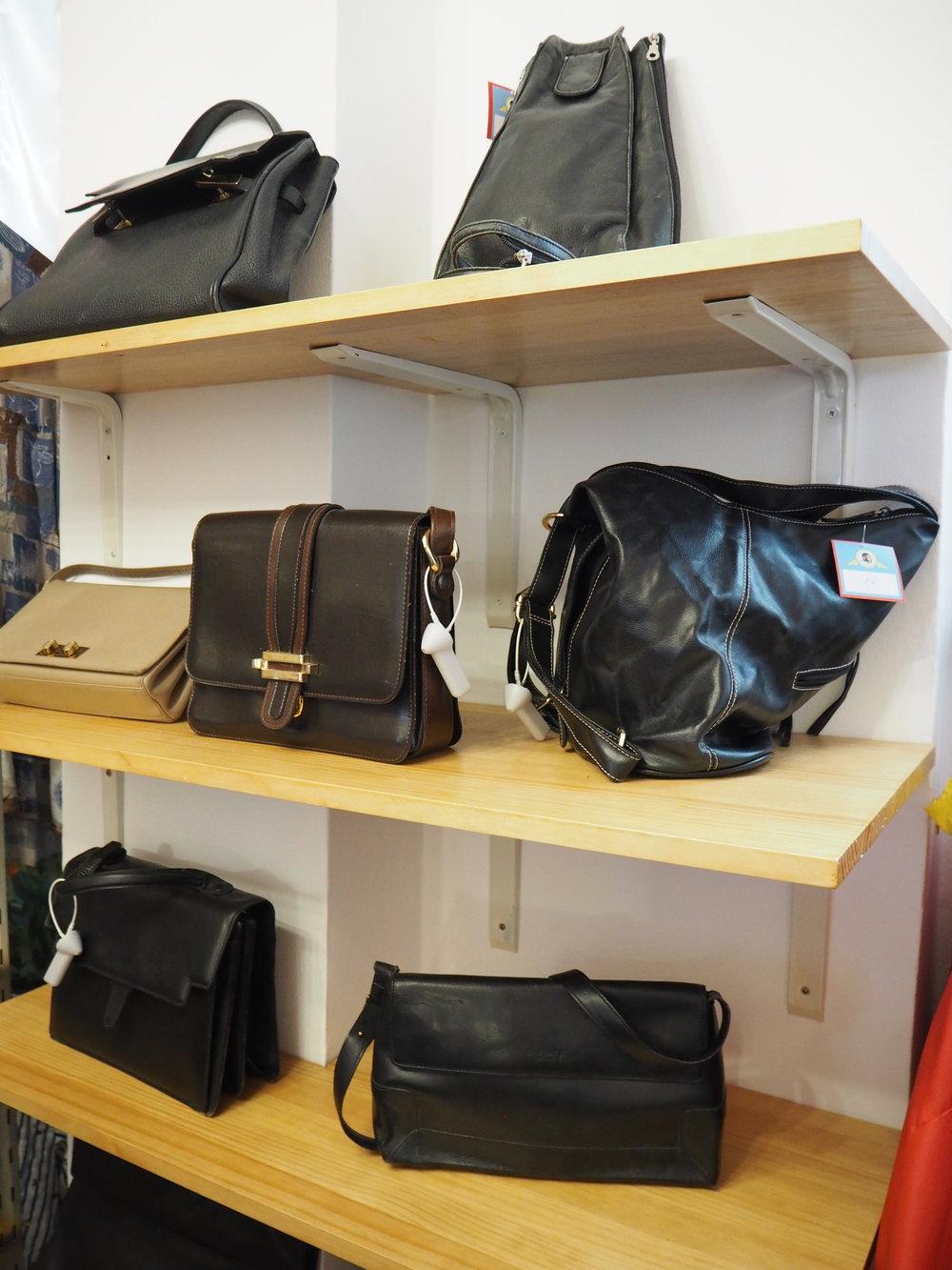 tiendas-ropa-madrid-originales-mona-checa-bolsos.JPG