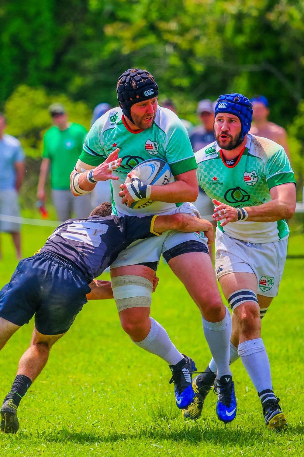Lock Larry Comiskey looks for an offload to Irish veteran and recent retiree Andrew Exum against Old Gaelic in the MAC Semi-Finals. Photo credit: Michael Smith (https://www.facebook.com/GjeterhundPhotography/)