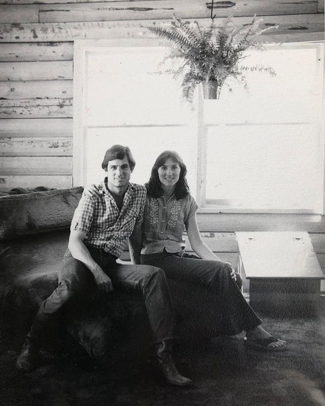 The fern, the minimal log cabin, that chair!!!! My parents in the 70's 🤣. Maybe this is where I get it from? #throwbackthursday #logcabin #70s  #interiordesign