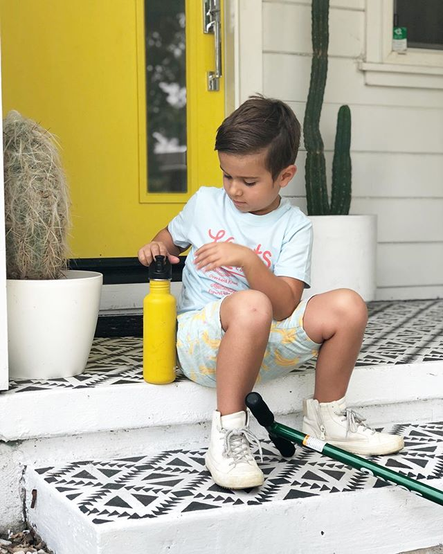Summertime is all about banana shorts, scooters and matching your @kleankanteen water bottles to your front door. Lane is obsessed with this one (which was supposed to be mine) bc if it's sport top. Well, he is my child and has amazing taste 💁🏼‍♀️🤪. #summertime #summer #kleankanteen #waterbottle #reuseable #hydrate #planetearth #interiordesign #interiorstyling #frontporch #yellowdoor #target #plasticfree #trulyklean