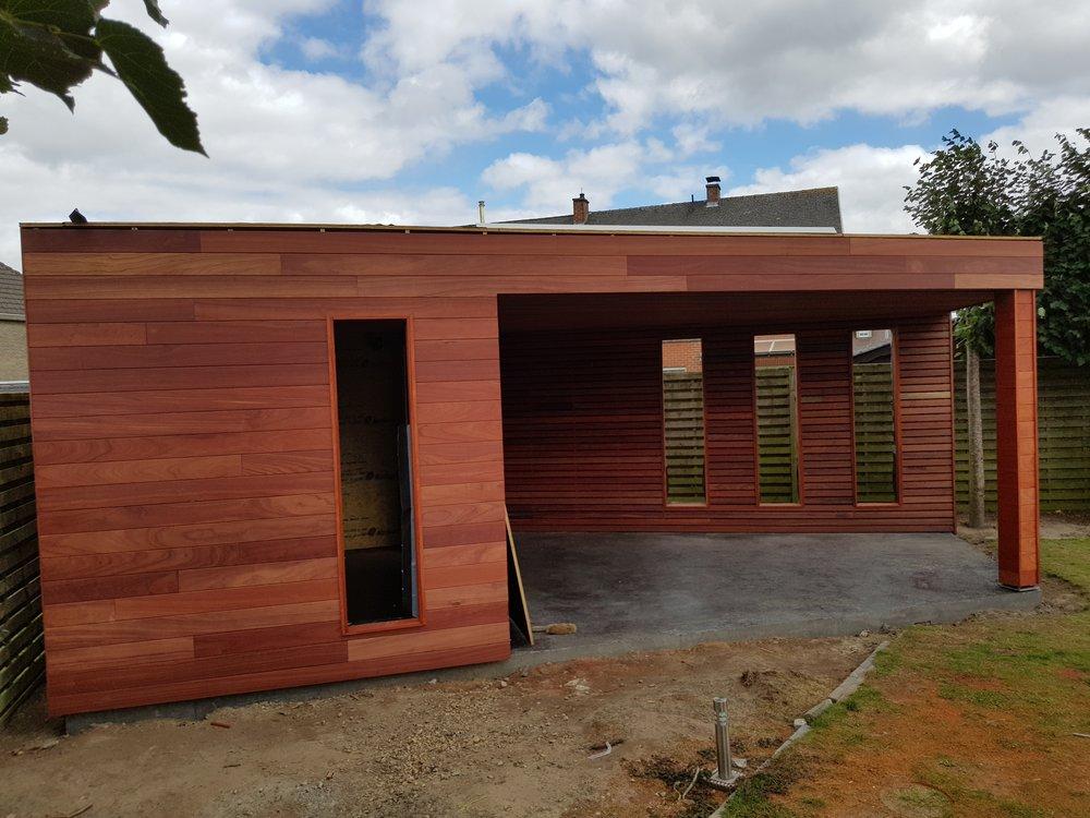 Tuinhuis op maat - Aartrijke - in aanbouw - 2017   Dit tuinhuis is luxueus opgebouwd en afgewerkt: hout = Padouk, gepolierd beton, geïsoleerd, overdekt terras, mat glas in de ramen ,….