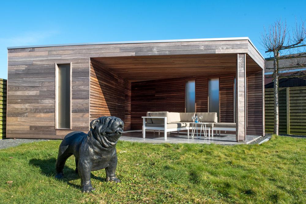 Het tuinhuis volledig afgewerkt met gepolierd beton, geïsoleerd, plaatsing van mat glas in de ramen,...
