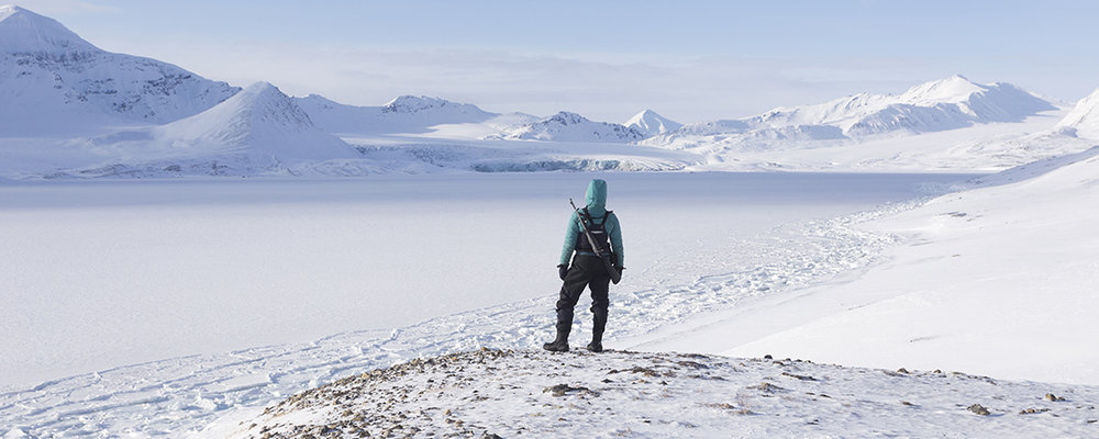 Vanop dit bergje heeft onze expeditieleider Sarah een goed zicht over de groep en kan ze snel actie ondernemen moest er gevaar voor ijsberen zijn