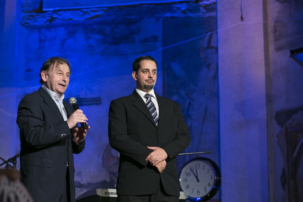 Ředitel Knihovny Václava Havla Michael Žantovský s policistou Petrem Torákem, který letos v říjnu získal Řád britského impéria.