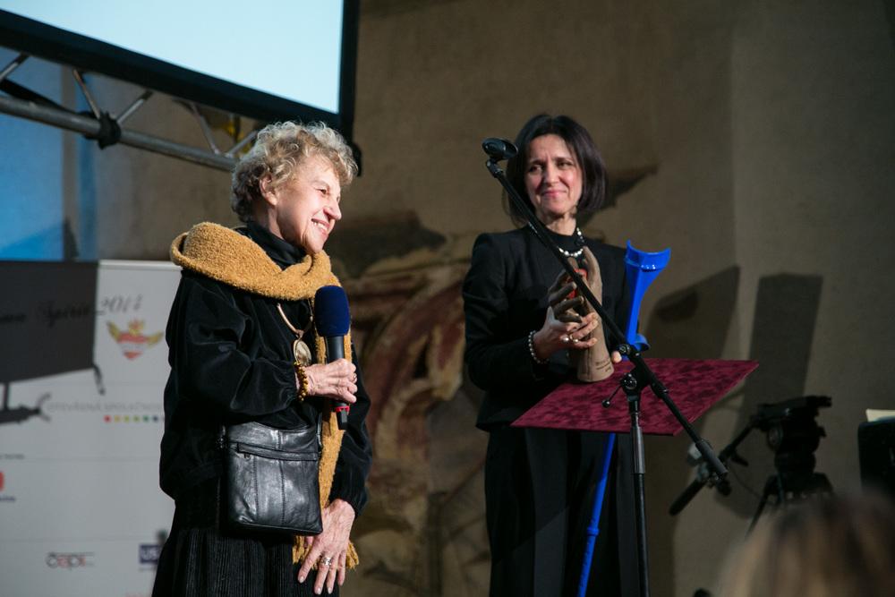 Ústavní soudkyně Kateřina Šimáčková předala cenu Evě Davidové za celoživotní dílo.