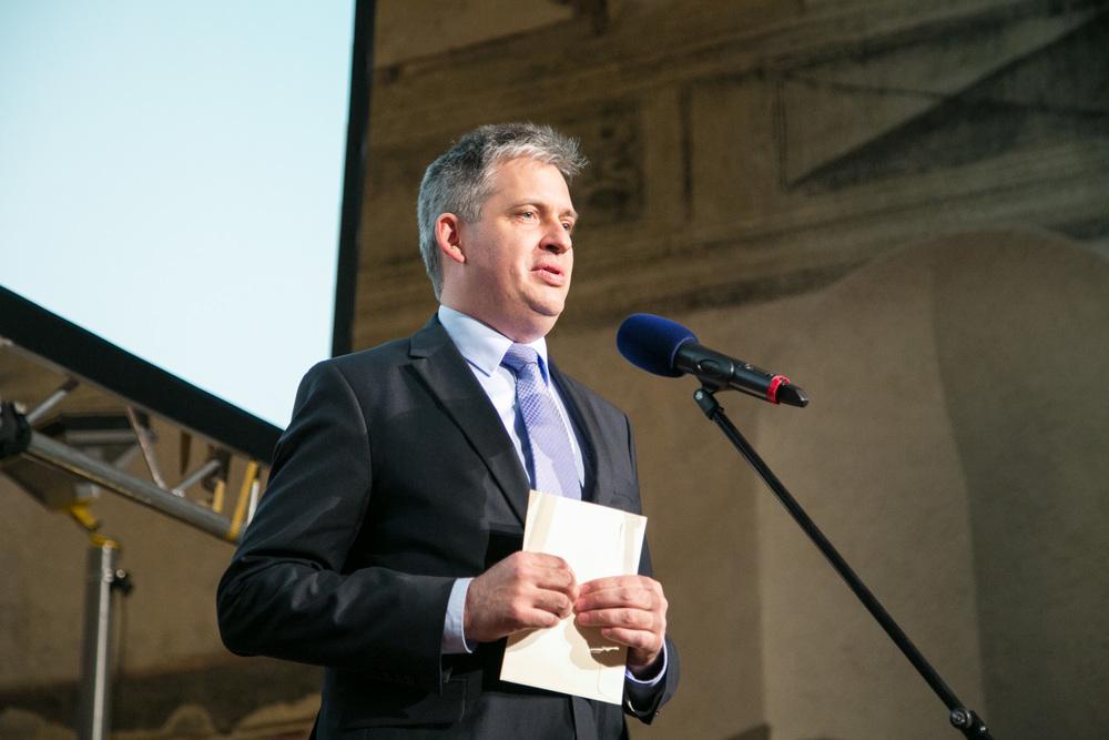 Ministr jiří Dienstbier předal cenu v kategorii Nestátní nezisková organizace.