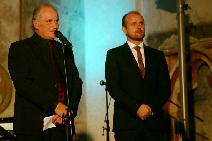 Organizátoři: Michael Kocáb (Nadace Michaela Kocába) a Czeslaw Walek (ředitel Otevřené společnosti, o.p.s.) večer zahájili.