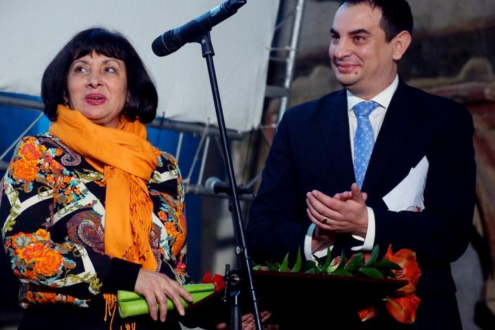 V kategorii Neziskové organizace převzala cenu z rukou Petera Polláka Marie Gailová, ředitelka sdružení Romodrom.