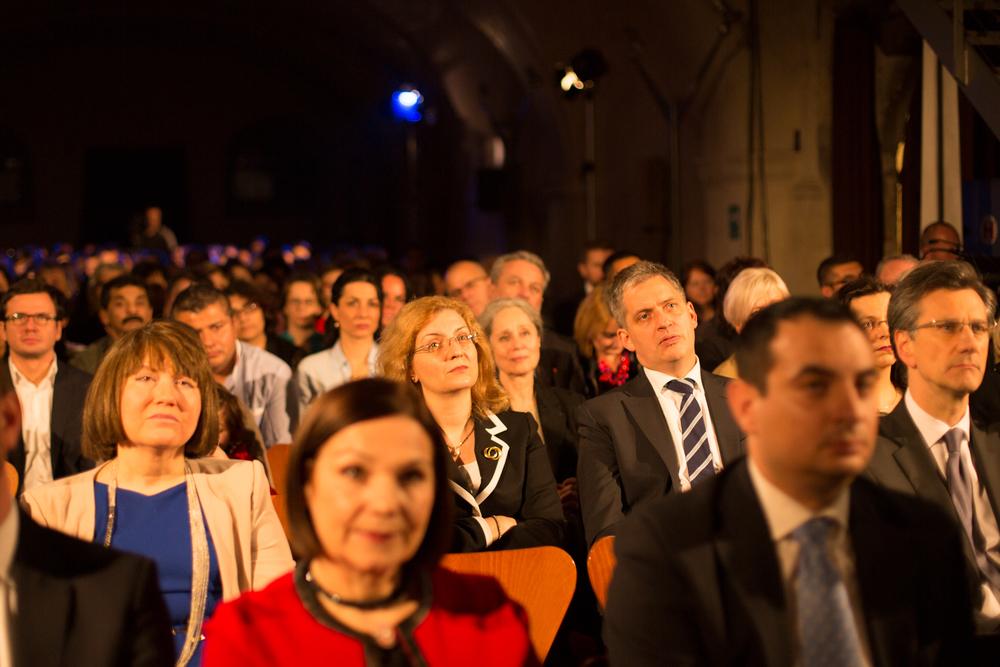 V první řadě porota, zleva vedle Jiřího Dienstbiera J.E. pí Daniela Anda Grigore-Gitman, velvyslankyně Rumunska, vpravo J.E. p. Jean-Pierre ASVAZADOURIAN, velvyslanec Francie