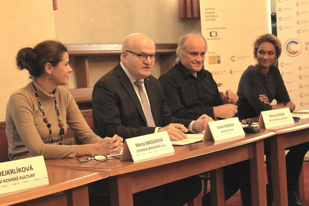 Zleva: Marta Smolíková, předsedkyně nominační poroty (Otevřená společnost, o.p.s.), Daniel Herman, ministr kultury, Michael Kocáb, organizátor (Nadace Michaela Kocába), Lejla Abbasová, moderátorka
