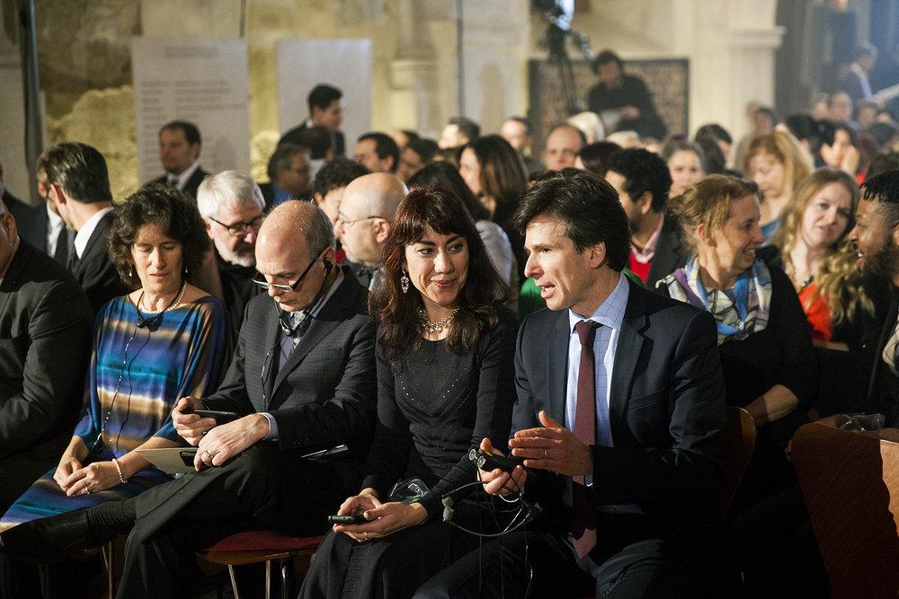 Hosté (zleva 1. řada): Ms Linda Bader and Mr Daniel Bader (Bader Philantropies), Ms Oksana Marafioti (romská spisovatelka z USA), J.E. Andrew Schapiro (Velvyslanec USA v Praze)