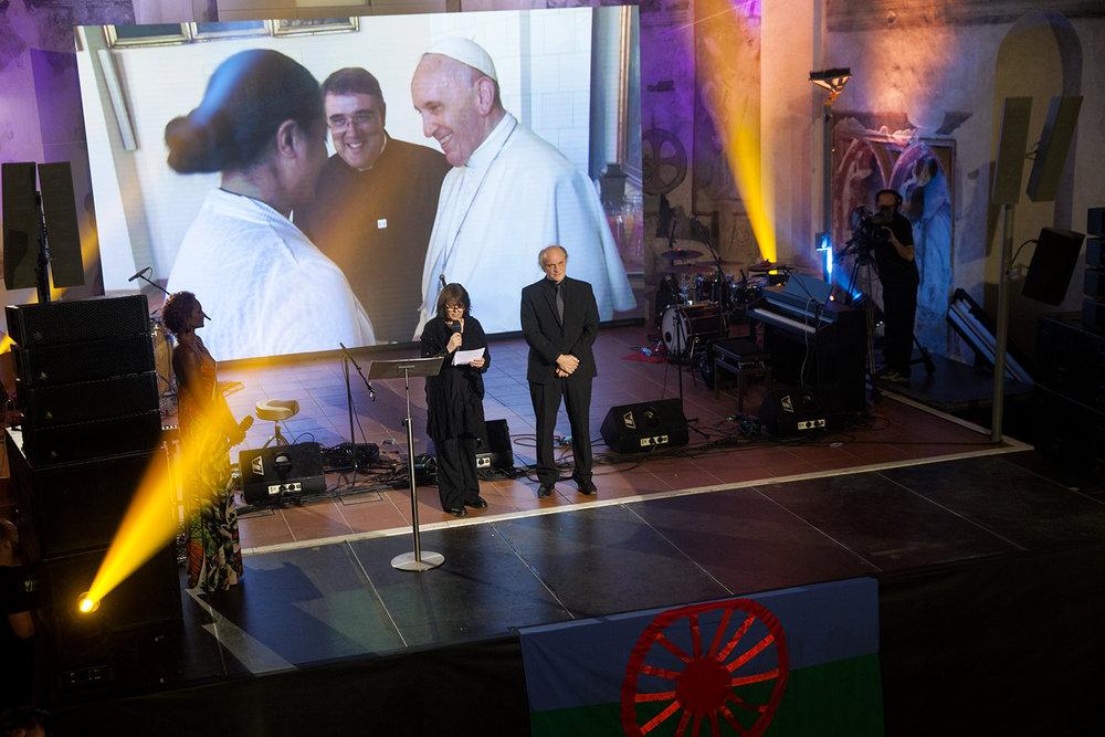 Hosty přivítali organizátoři cen Roma Spirit v ČR, Michael Kocáb a Andrea Šenkyříková.