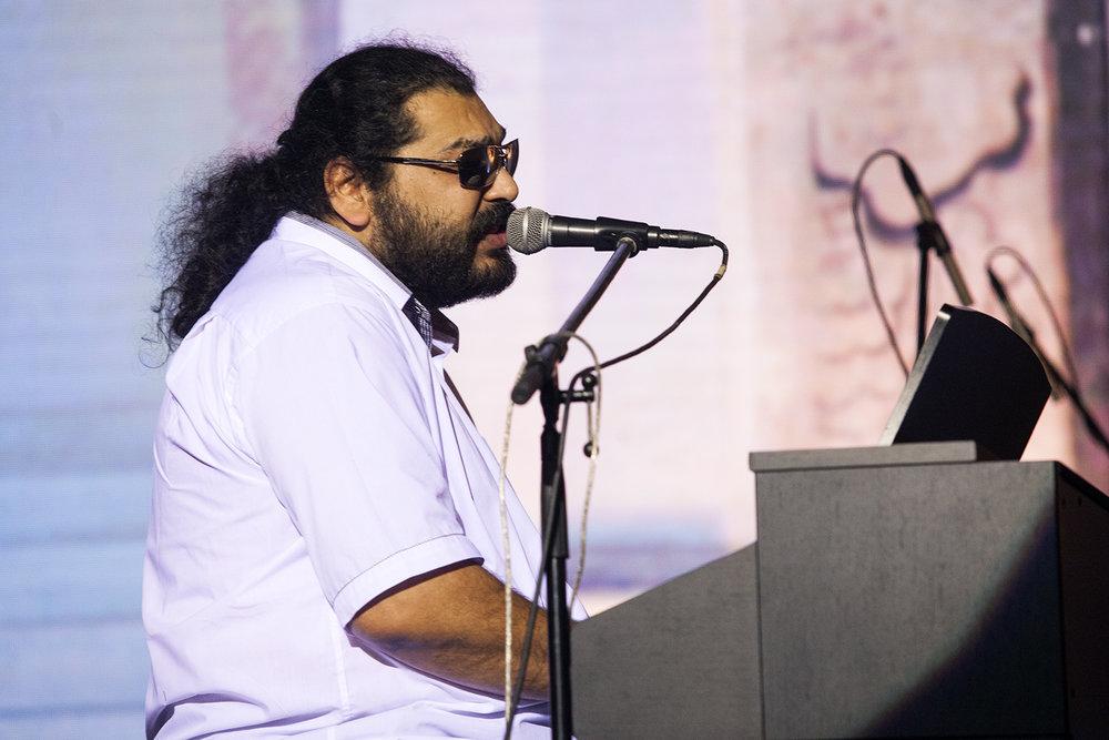 Během večera zazpíval Mário Bihári s Bárou Hrzánovou a s kapelou Bachtale Apsa.