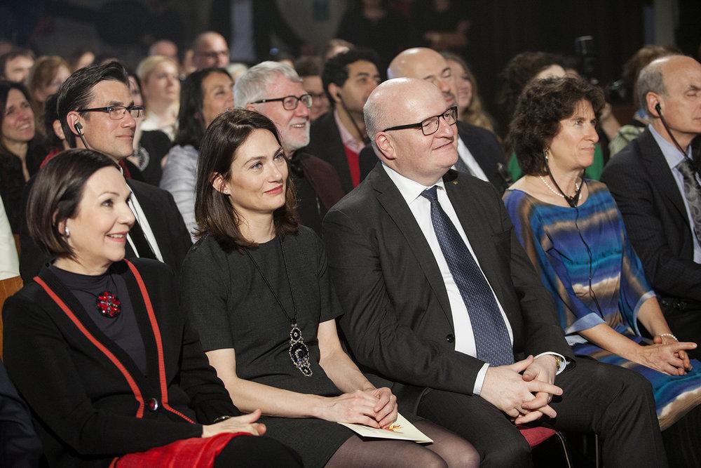 1. řada zprava: Daniel a Linda Bader (Bader Philanthropies), Daniel Herman (ministr kultury s doprovodem), Lubomíra Slušná Franz (předsedkyně hlavní poroty, autorka myšlenky Roma Spirit)