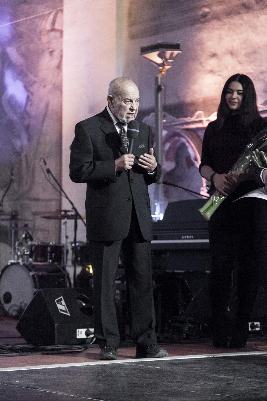 Daniel Herman, ministr kultury, s Karlem Holomkem předali cenu v kategorii Romská kultura.