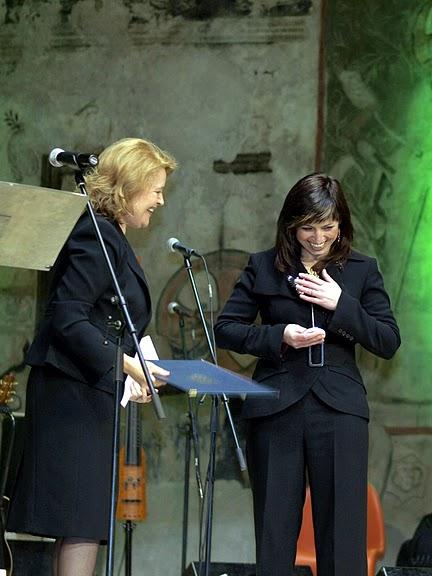 Porotkyně Magdaléna Vášáryová předává cenu v kategorii Nestátní neziskové organizace sdružení Český západ, cenu přebírá Jana Kosová.