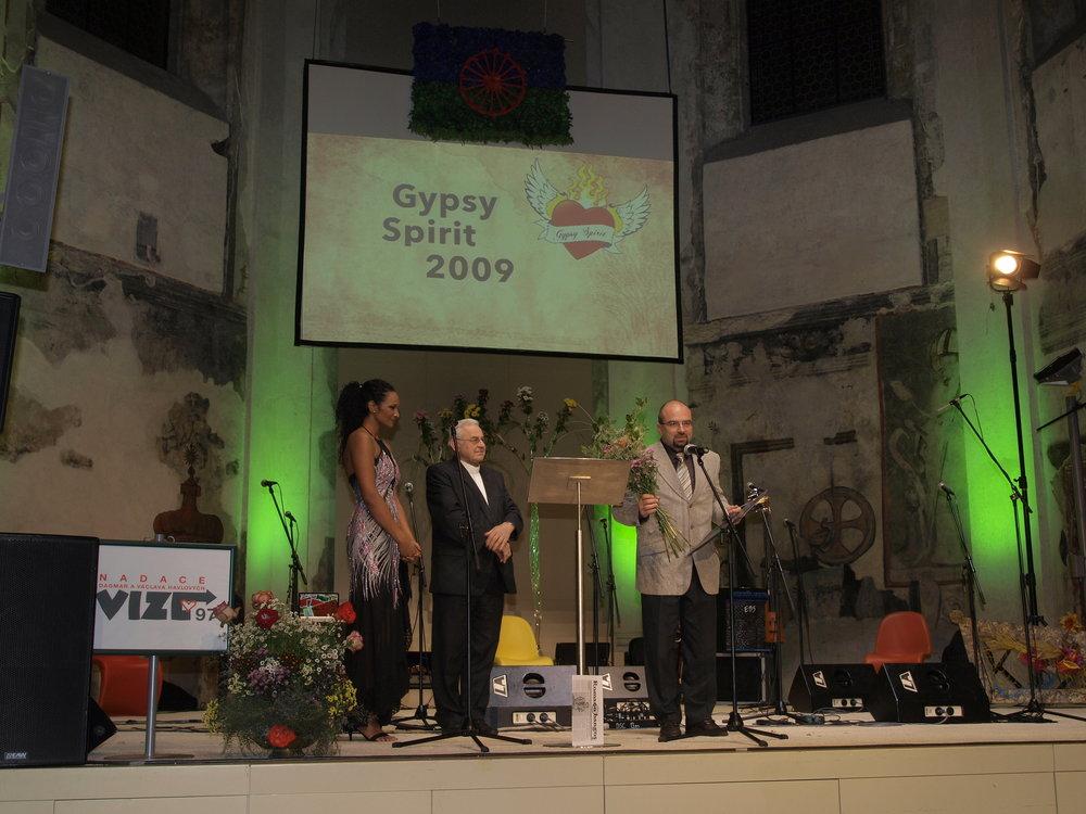 Doc. MUDr. Michal Hladík převzal cenu z rukou Kardinála Miloslava Vlka v kategorii Čin roku za Dětskou jednotku intenzivní a resuscitační péče Fakultní nemocnice v Ostravě.