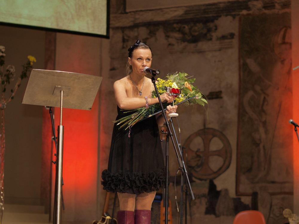 Ředitelka Radka Renzová a cena pro ZŠ Svitavy-Lačnov v kategorii Mimoškolní vzdělávací aktivity zaměřené na romské děti a mládež.