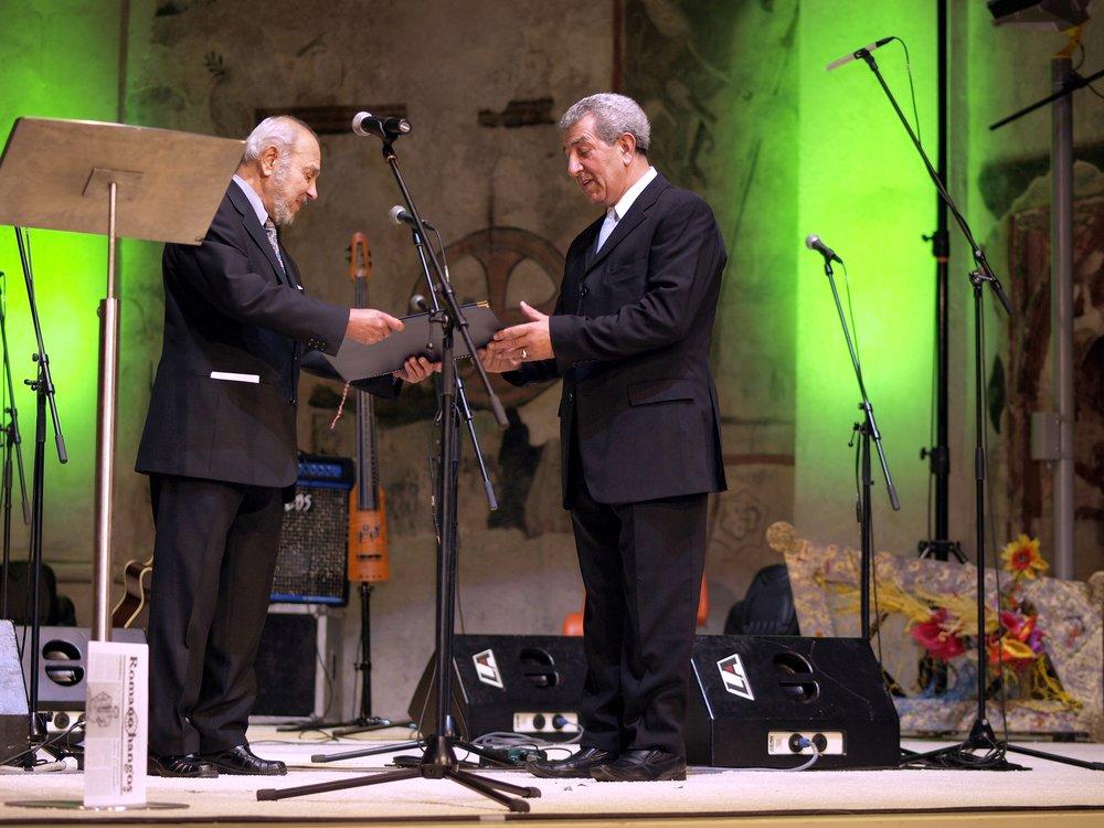 Z rukou Karla Holomka cenu Gypsy Spirit přebírá pan Ladislav Goral v kategorii Jednotlivec, který dlouhodobě svou prací přispívá ke zlepšení postavení Romů.