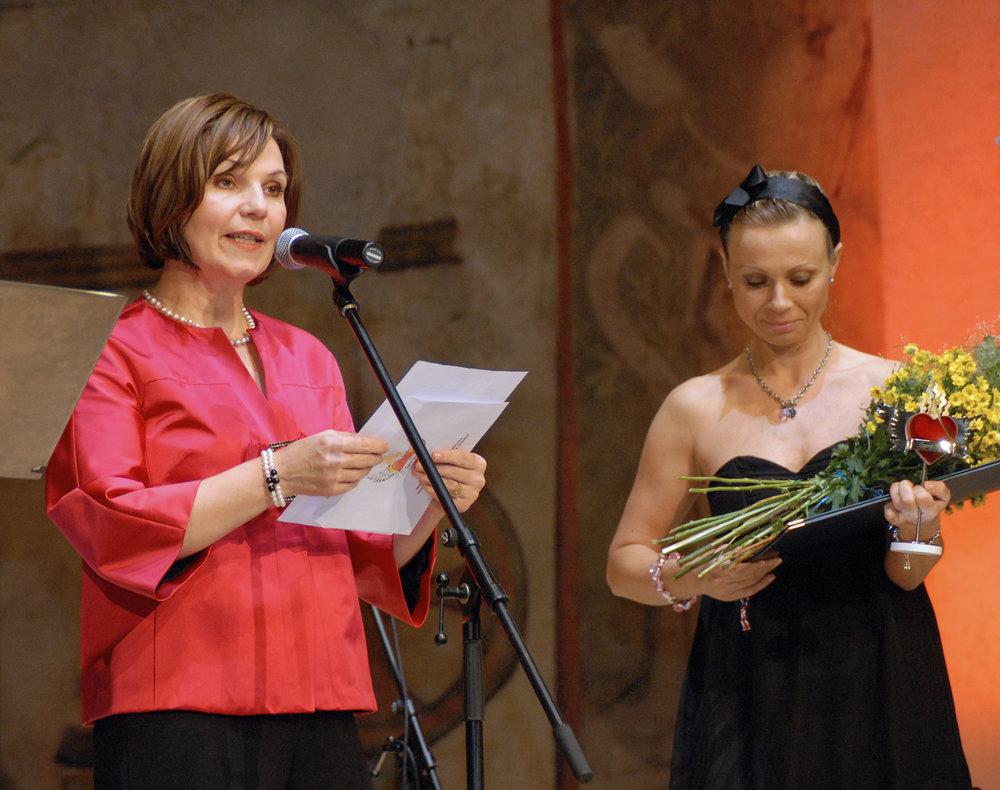 V kategorii Mimoškolní vzdělávací aktivity zaměřené na romské děti a mládež převzala cenu z rukou Lubomíry Slušné ředitelka MŠ a ZŠ Svitavy-Lačnov, paní Radka Renzová.