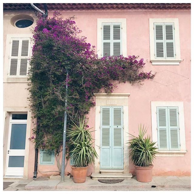 The colors of the French Riviera 💛❤️ #colorcrush #beautifulfrance #postcardplaces #pastelaesthetic