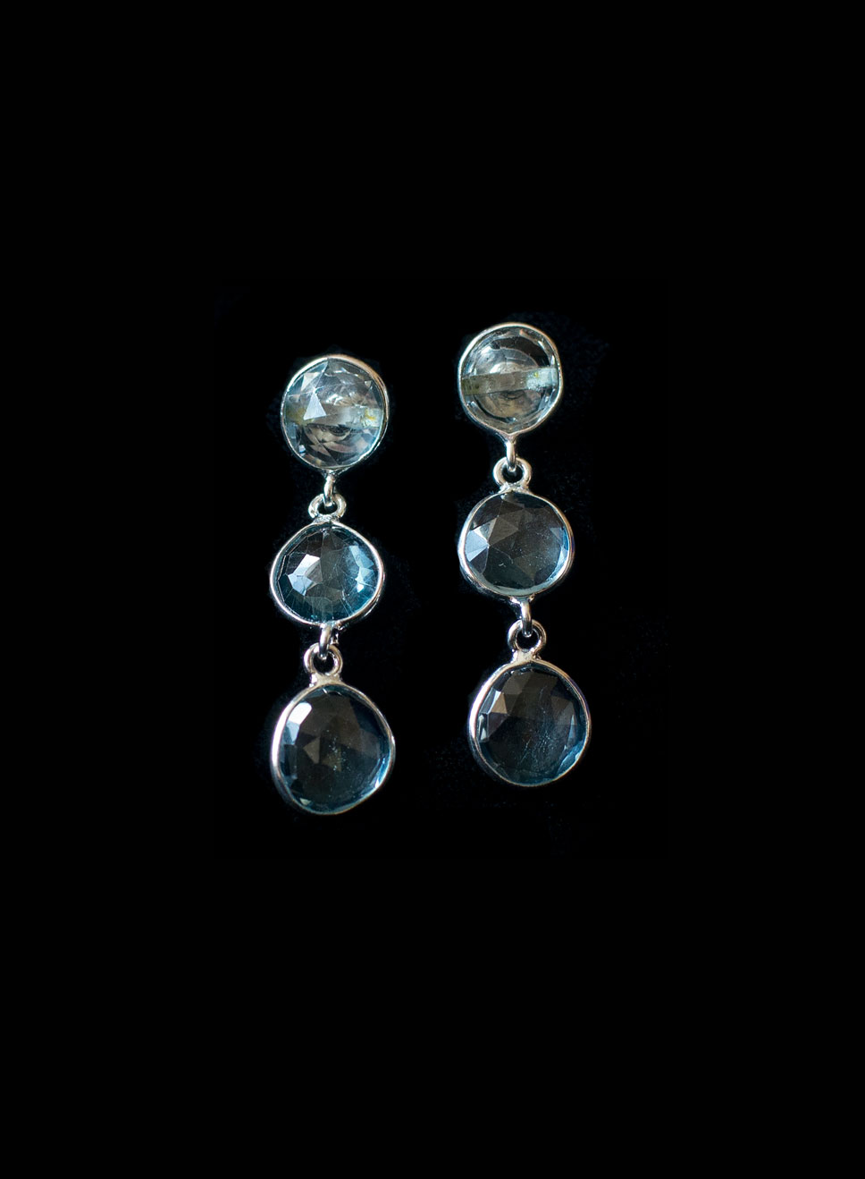 Silver 3 descending blue topaz drops with bezel. Available in peridot hessonite garnet, tourmaline. Earring length including hook-3.5cm.